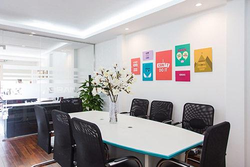 Trang trí hình ảnh văn phòng làm việc từ các khẩu hiệu, biểu ngữ