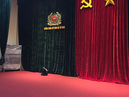 Trang trí hội trường bằng phông rèm, thảm phù hợp