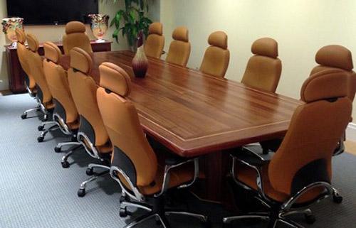 Bàn ghế phòng họp gỗ tự nhiên giúp nâng giá trị doanh nghiệp