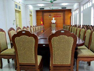 Những ưu điểm vượt trội giúp bàn ghế phòng họp gỗ tự nhiên luôn HOT