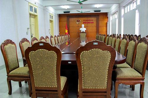 Tại sao bàn ghế phòng họp gỗ tự nhiên luôn được ưa chuộng?